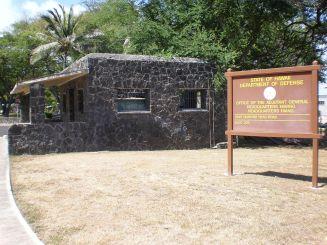 1200px-FrRuger-Kahala-gatehouse-signpost